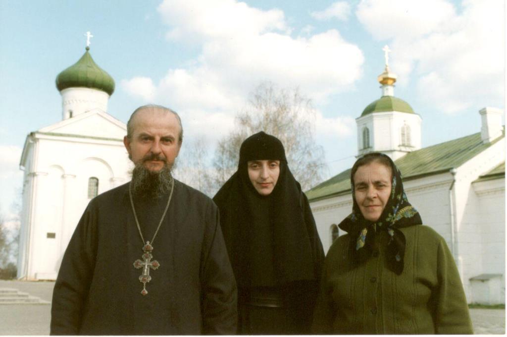 монахиня Александра с родителями в Полоцком Спасо-Евфросиньевском монастыре 90-е годы.jpg
