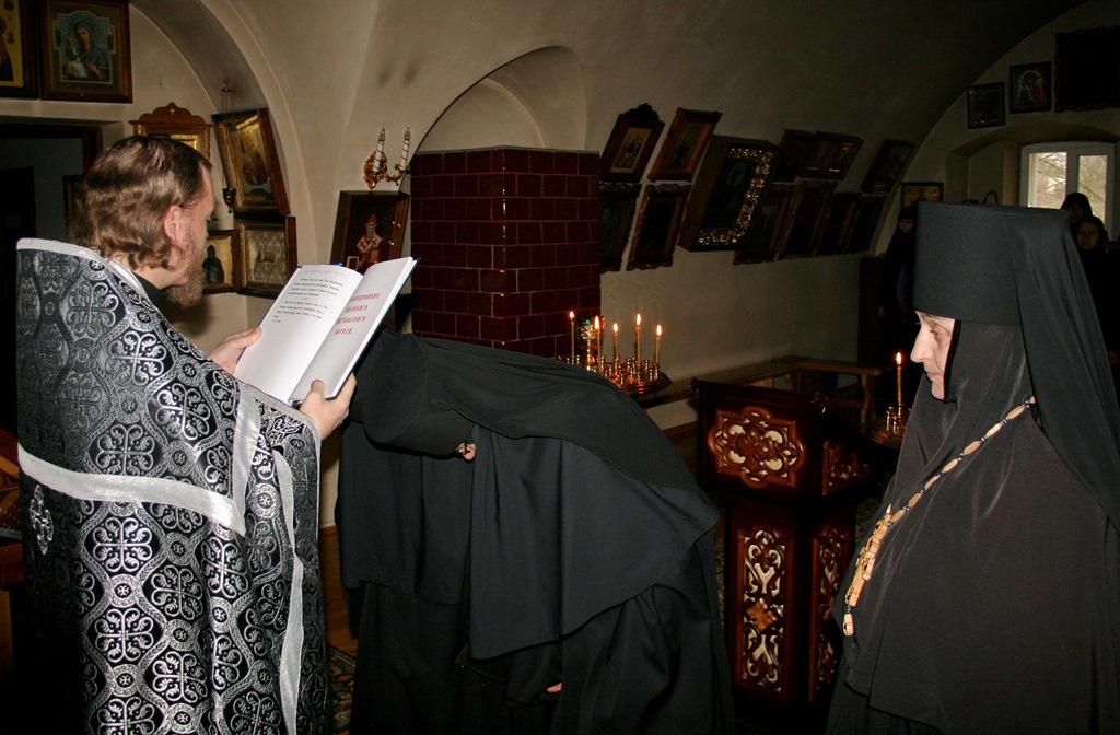 иеромонах Герман (Копылов) читает молитву над новопостриженными инокинями.JPG