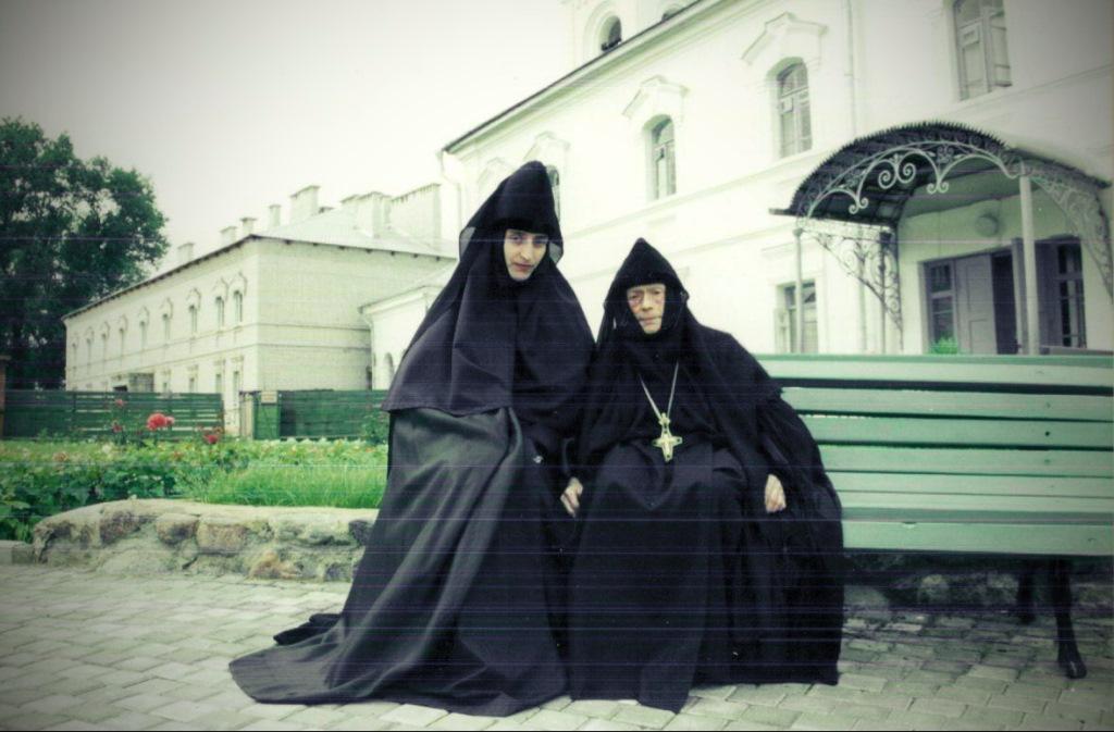 со схиигуменией Евфросинией в Спасо-Евфросиньевской обители (прощальное фото перед отъездом в Кормянский монастырь 2000 год).jpg