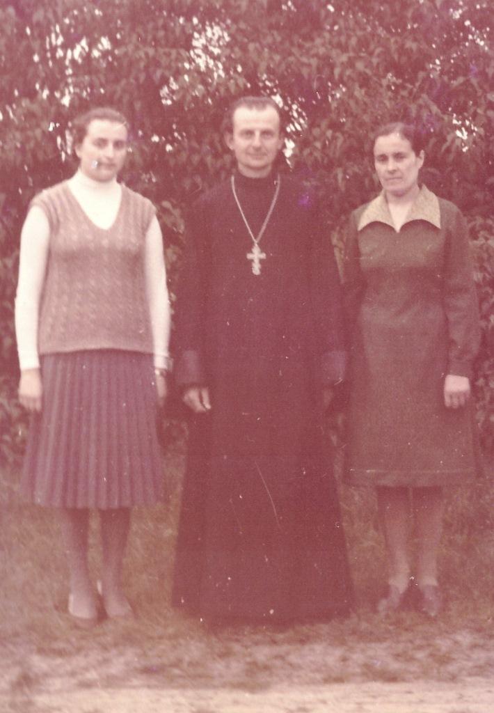 Зинаида Жарина с родителями в пору учебы в регентском классе МДС.jpeg