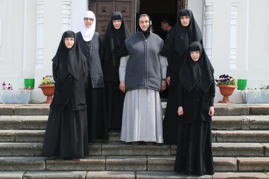 Игумения с сестрами на крыльце Свято-Николаевского гарнизонного собора Брестской крепости.JPG