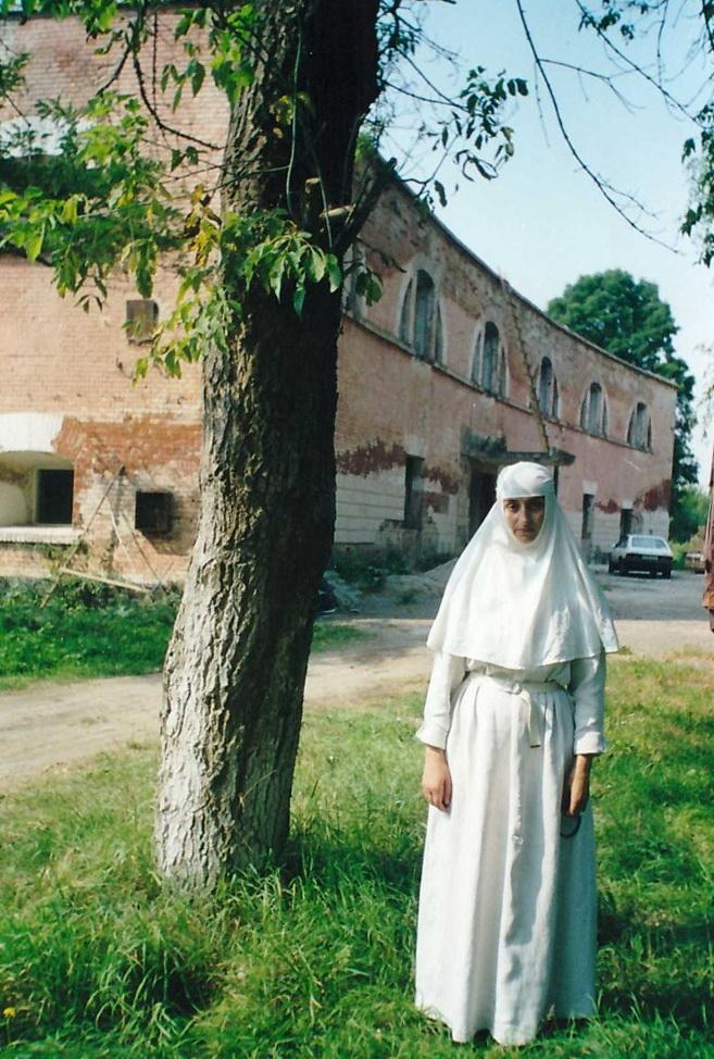 на фоне заброшенного крепостного здания ставшего впоследствии монастырским корпусом 2001 год.jpeg