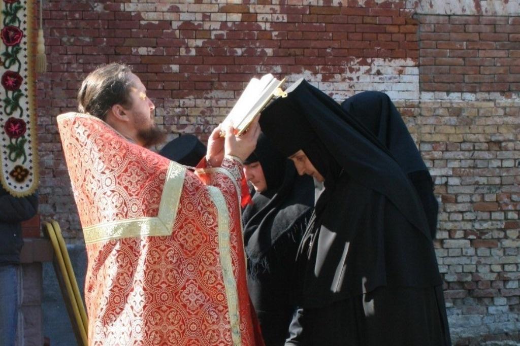 Пасхальный крестный ход в монастыре.jpg